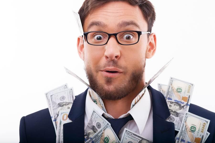 הוצאה מוכרת: פרצוף מופתע וכסף דבוק לבגדים