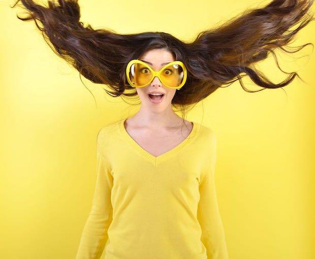 אישה עם משקפי שמש גדולות ופרצוף המום