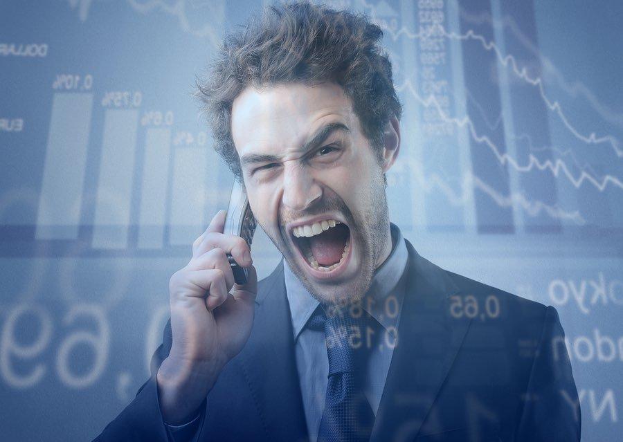 איש בחליפה צועק בטלפון