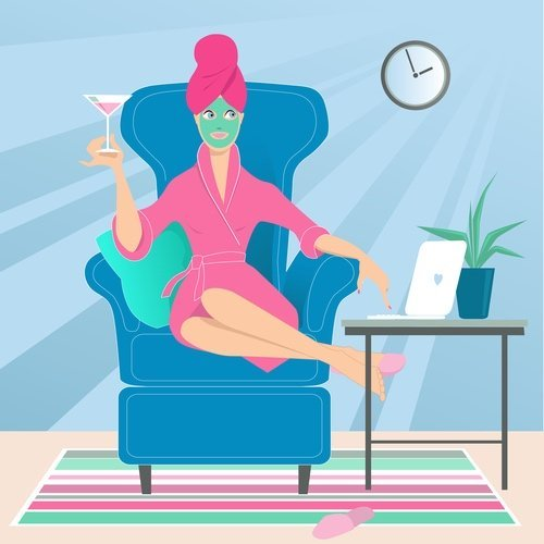 עבודה מהבית באיזי - קומיקס של אישה יושבת על הספה עם קוקטייל ביד ומחשב פתוח לצידה